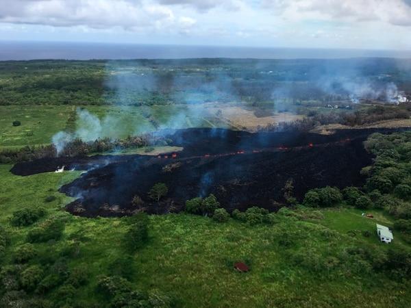 En esta foto del 13 de mayo, facilitada por el Servicio Geológico de los Estados Unidos se observan los gases que se levantan de una fisura cerca de Pahoa, Hawaii. Foto: AP