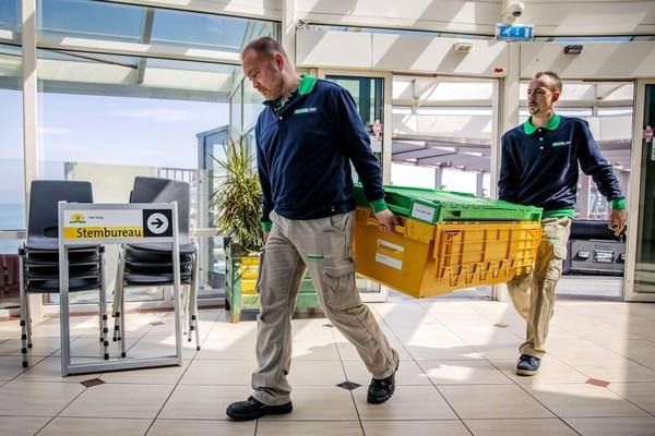 Estas personas preparaban un centro de votación en la ciudad de Scheveningen, Holanda. La selecciones europeas tendrán lugar el jueves 23 de mayo del 2019 en este país.