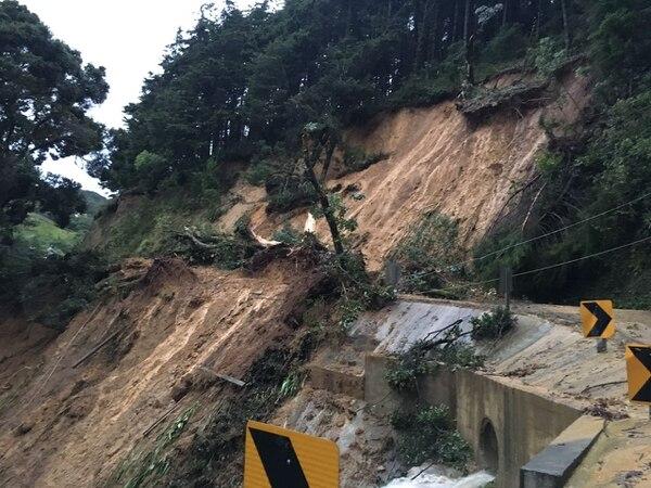 Una de las vías de entrada a Copalchí quedó totalmente bloqueada por la caída de material sobre la calzada