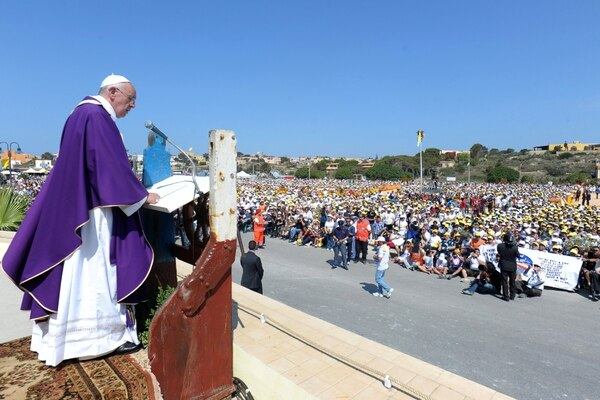 Es la primera visita de un Papa a la isla italiana.