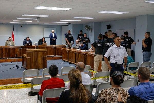 Durante la lectura del por tanto de los jueces Daniel Quesada, José Pablo Camareno (al centro) y Virginia Valverde, en la sala número 14 de los Tribunales de San José centro, hubo un gran despliegue de seguridad. Foto: Mayela López