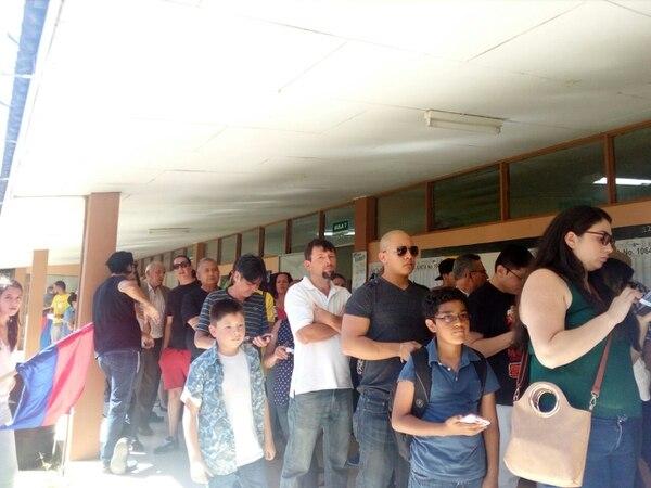 La fila para votar en el colegio Técnico de Calle Blancos ocasiona que el tiempo promedio de fila sea de 40 minutos. Foto: Irene Rodríguez.