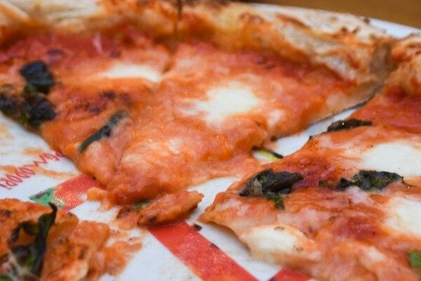 La pizza napolitana mantiene su espíritu original aunque sea con ingredientes locales. El sabor que el horno de leña le da, junto con la masa de larga fermentación, es garantía de sabor.