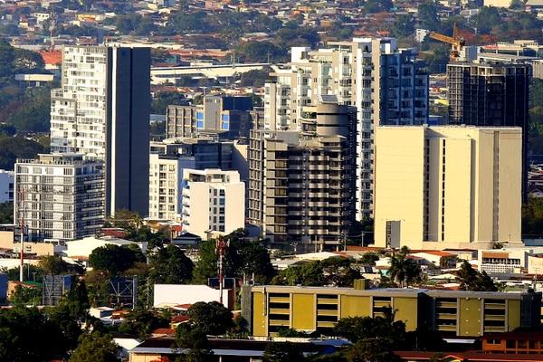 Sector de Sabana oeste. Toma panorámica, desde El Llano de Alajuelita. En los últimos años sobre esta zona se han levantado una gran cantidad de edificios. Foto: Rafael Pacheco