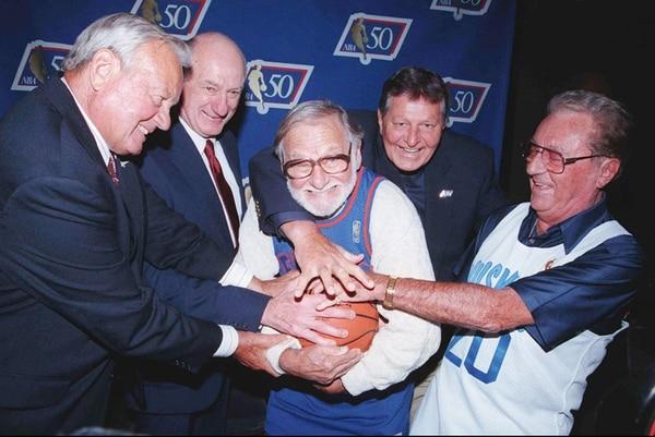 Varios veteranos del baloncsto se reunieron en 1996 para celebrar el partido inaugural de la BAA, luego NBA. En el centro Ossie Schectman.   AP