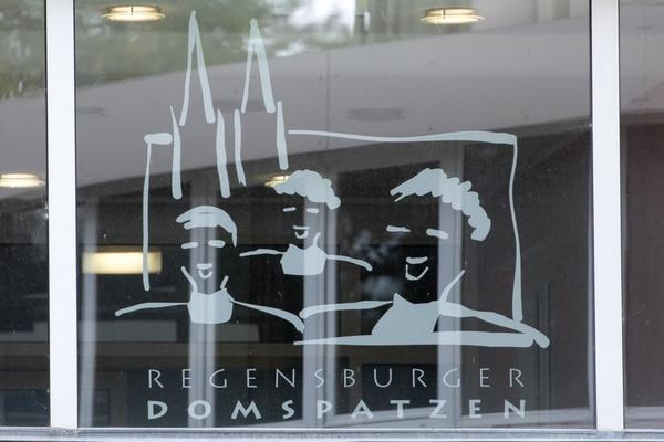 El logotipo del coro infantil Regensburger Domspatzen impreso en un ventanal del colegio de esa institución en la ciudad alemana de Regensburg.
