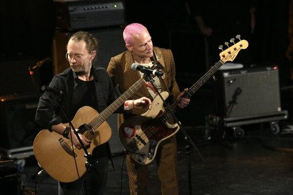 El lider de Radiohead Thom Yorke junto al bajista de Red Hot Chili Peppers.