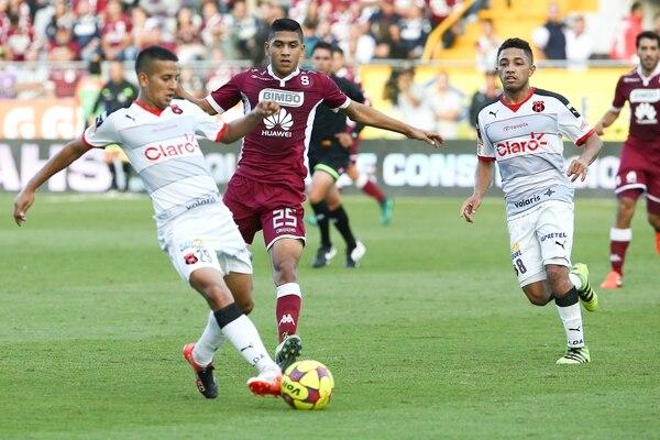 Kenneth Cerdas fue el futbolista más joven que utilizó Alajuelense en el pasado clásico. El volante tiene 22 años.