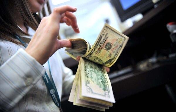 El crédito bancario en dólares podría encarecerse debido a un incremento de la demanda local de recursos en esta moneda. | ARCHIVO