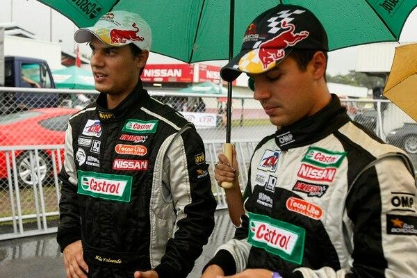 Emilio y Roy Valverde, hermanos y reyes actuales del autódromo La Guácima, solo necesitan 52 puntos, de los 123 que se disputarán mañana, para convertirse en pentacampeones de la categoría Super Turismo.   ARCHIVO