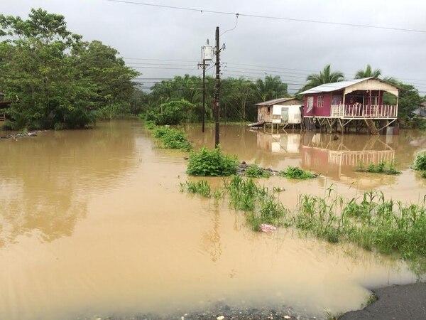 Pese a estar construidas sobre pilotes, varias casas como esta en Siquirres tenían la mañana de este sábado una nueva alerta sobre inundaciones.