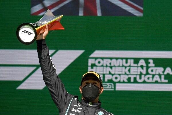 El británico Lewis Hamilton, al frente de su Mercedes, triunfó en Portugal y lidera el campeonato de Fórmula 1. AFP