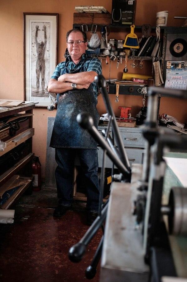Rudy Espinoza trabaja todos los días en este taller en su casa en Desamparados.
