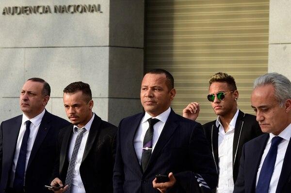 Neymar y su padre Neymar Santos (centro), en una foto de archivo tomada en febrero de 2016, en Madrid.