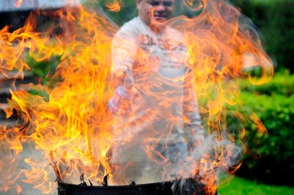 Durante 20 años, José Céspedes Garbanzo es quien quema decenas de palmas benditas para extraer la ceniza usada en la catedral de San José, acá, en sus labores el año pasado, 2014.
