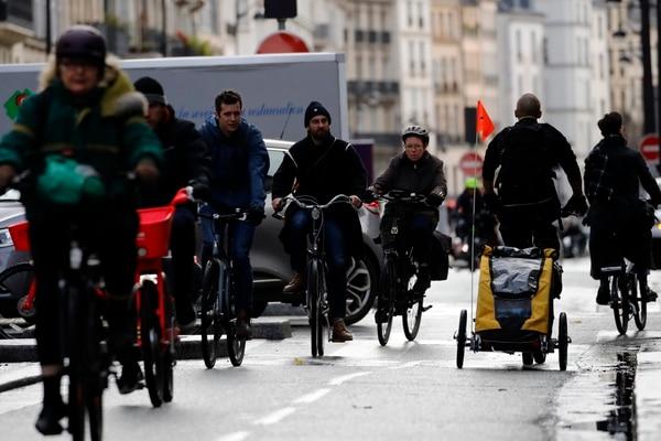 Parisinos se movilizaron en bicicletas, este viernes 20 de diciembre del 2019, ante la escasez de transporte público.