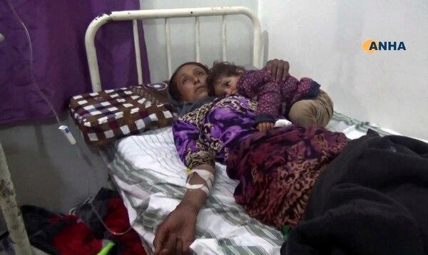 Una mujer que resultó herida en el ataque del Estado Islámico al campo de refugiados y desplazados en Siria recibía atención este martes en una clínica de la provincia de Hasakeh.