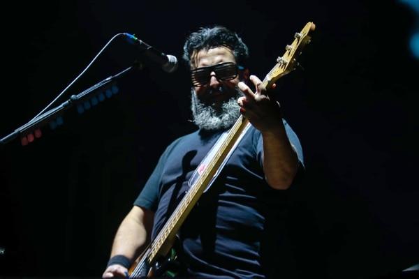 Molotov llegó al escenario con una promesa: habría poco 'cotorreo' y mucho rock. En la foto, Micky Huidobro, uno de los dos bajistas del grupo. Fotografía: Lilliam Arce.