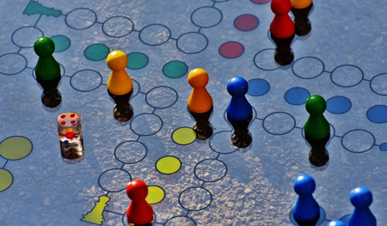 Gamificar las aulas contribuye al desarrollo de habilidades como el trabajo en equipo, la adaptación al cambio, flexibilidad, pensamiento crítico y capacidad para resolver problemas.