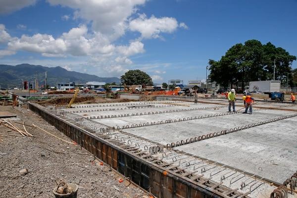 En la parte superior (a nivel de la vía actual) se construirá un puente de 103 metros y se reformará la rotonda. Foto: Mayela López