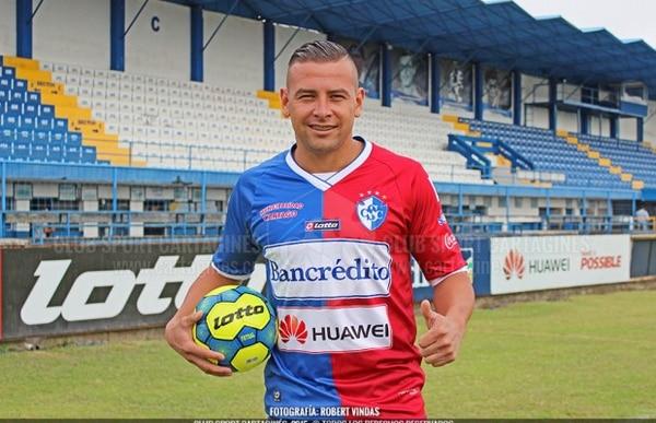 Juan Gabriel Guzmán ya posa con la camiseta del Cartaginés.