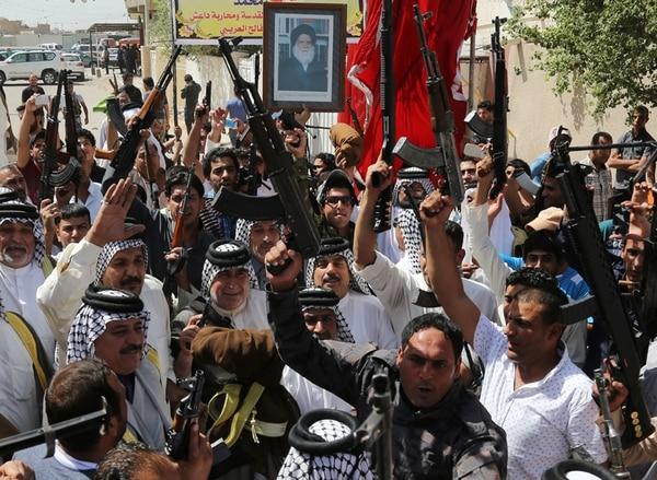 Varios combatientes chiitas iraquíes levantaron ayer sus armas y gritaron consignas contra el canto inspirado en al-Qaeda en Bagdad, Irak. Las milicias apoyadas por Irán han movido rápidamente el paisaje político del país. | AP
