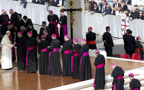 El papa Francisco saludó el miércoles a cardenales y obispos tras presidir la audiencia general semanal en la plaza de San Pedro, en el Vaticano. | EFE