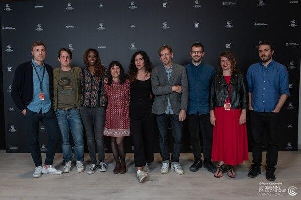 Valentina Maurel (traje negro, al centro), posó en Cannes junto a varios de los colaboradores del cortometraje. Tomado del Facebook de Lucía en el limbo