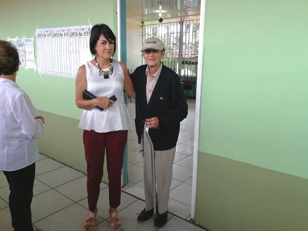 Ramiro Soto Ovares, de 88 años, es un guapileño trasplantado de Atenas, muy querido en la cabecera del cantón de Pococí. Su sobrina, Mili Alvarado, lo acompañó a votar a la Escuela Central de Guápiles. REYNER MONTERO