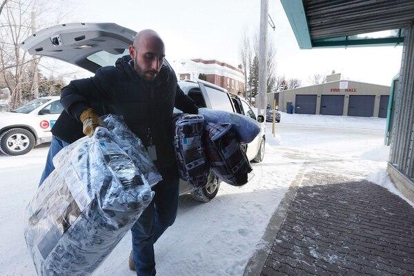 Fadel Alshawwa, del Consejo de Inmigración de Manitoba, llevaba cobijas a un centro de albergue para eventuales refugiados que lleguen a Canadá, desde Estados Unidos, a través del puesto fronterizo de Emerson.