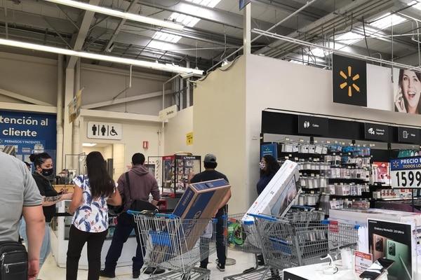En Walmart de Escazú el flujo era moderado en la mañana de este 27 de noviembre, pero siempre con compradores. El comercio dijo que este comportamiento era esperado, pues las ofertas se extendieron durante un mes y no un solo día. Foto: Nicole Pérez