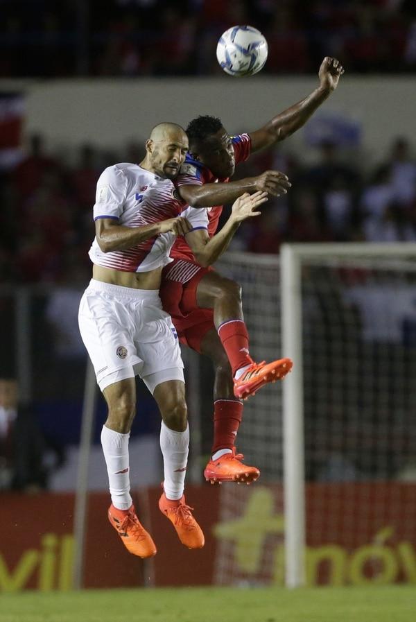 Celso Borges pelea por una pelota aérea con el panameño Luis Tejada.
