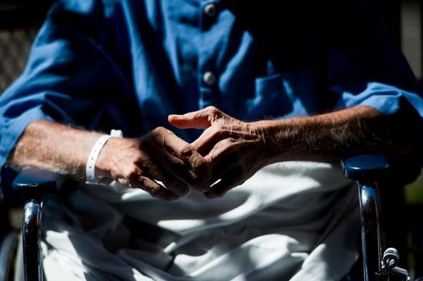 En la actualidad, la mitad de todas las camas hospitalarias están ocupadas por alguna persona de 65 años o más. Esto da una idea del impacto del envejecimiento de la población costarricense, que será mayor en las próximas décadas. Esto también debe ser tomado en cuenta en el abordaje de los tiempos de espera para la atención. Foto: Archivo/Luis Navarro