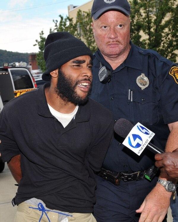 Klein Michael Thaxton cuando era retirado del lugar por la policía. | AP.