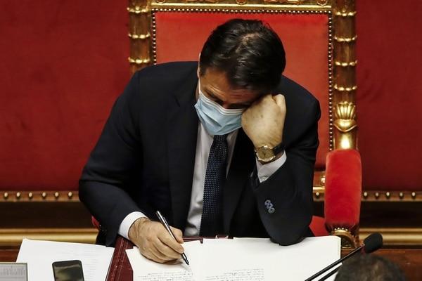Giuseppe Conte, primer ministro italiano, tomó notas mientras se realizaba el debate en el Senado antes de un voto de confianza para el gobierno, este martes 19 de enero del 2021. AFP