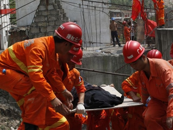 Rescatistas buscaban ayer sobrevivientes en la ciudad de Yiliang. | AFP.