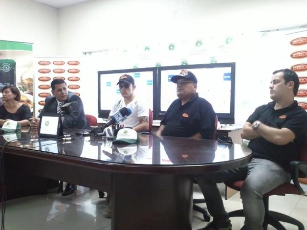 Bryan Vásquez (de lentes oscuros) durante la conferencia de prensa que realizó hoy en el gimnasio FiteNite en Río Segundo de Alajuela. Lo acompañan su entrenador Ezequiel Obando (al centro y con gorra) y Álvaro Arguello (último a la izquierda).   JULIANA BARQUERO.