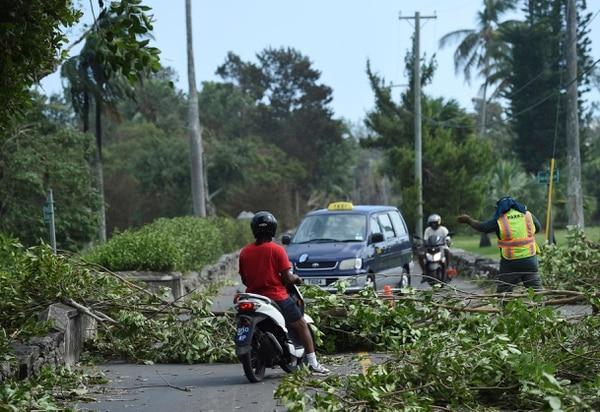 Árboles derribados por el huracán Humberto impiden el paso en una calle de de Bermudas, el jueves 19 de setiembre del 2019. Foto: AP