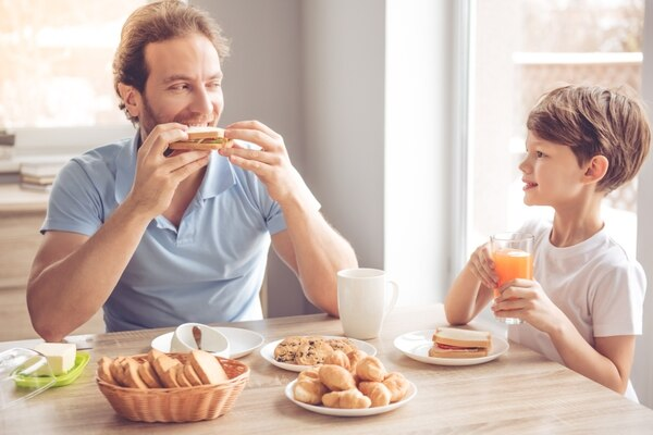 El ejemplo de papás que comen de forma sana impacta también en cómo comen sus hijos, lo que puede fortalecer sus hábitos y su salud para cuando lleguen a una edad reproductiva. Fotografía: Shutterstock