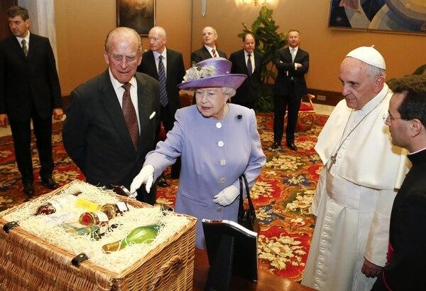 El Papa Francisco recibió de manos de la reina Isabel II unas botellas como obsequio durante su encuentro en su estudio de Ciudad del Vaticano.