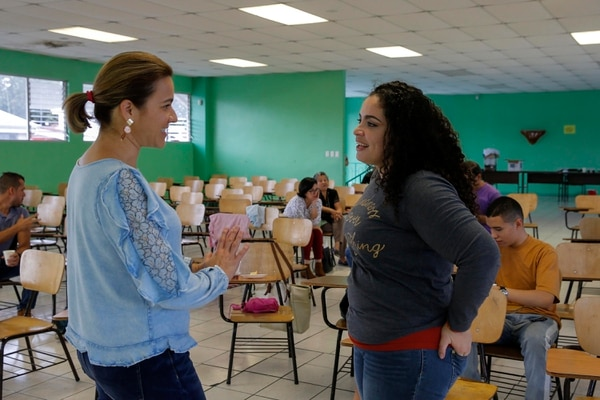 Verónica Álvarez (derecha) es madre de Diego Castillo, un adolescente de 15 años que tiene el síndrome y que fue víctima de acoso escolar por su condición. Sin embargo, el joven ya cursa el tercer año de colegio. En la imagen conversa con María Briceño. Fotografía: Mayela López