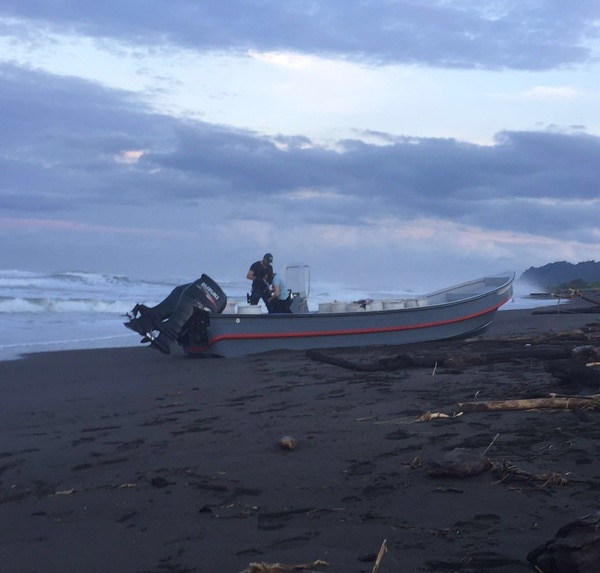 La lancha tenía varios estañones vacíos y fue abandonada luego de que Guardacostas la siguiera en el Pacífico central.   JORGE UMAÑA