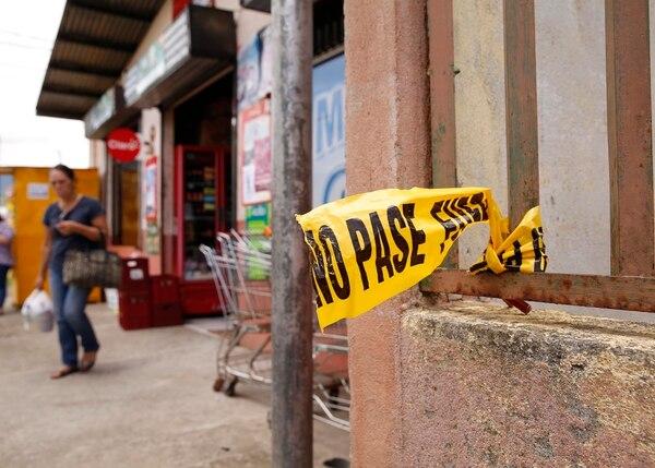 El ataque ocurrió afuera de un minisúper de Orosi. Foto: Albert Marín