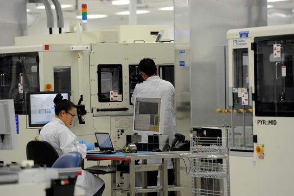 El anuncio de la salida de la parte de manufactura de la multinacional Intel, en abril del 2014, resquebrajó las exportaciones costarricenses, pues representaba un 20% del valor de las ventas. El país ya superó ese efecto basado en particular en la industria de dispositivos médicos. | ARCHIVO
