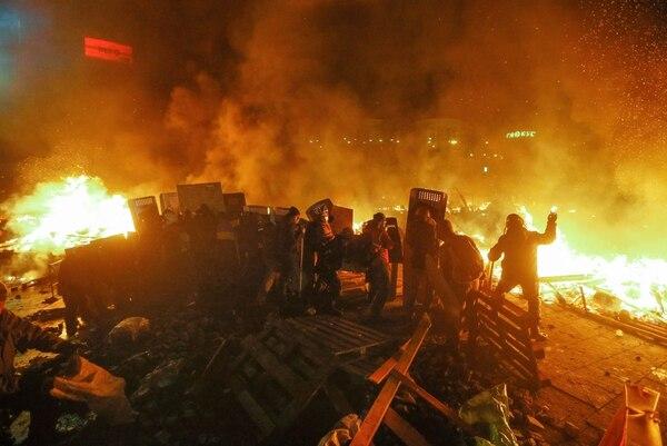 La policía ucraniana cercó este martes a los manifestantes en el corazón de las protestas opositoras de la plaza de la Independencia de Kiev (Maidán), tras una jornada en la que murieron 16 personas en los disturbios que estallaron en la capital.