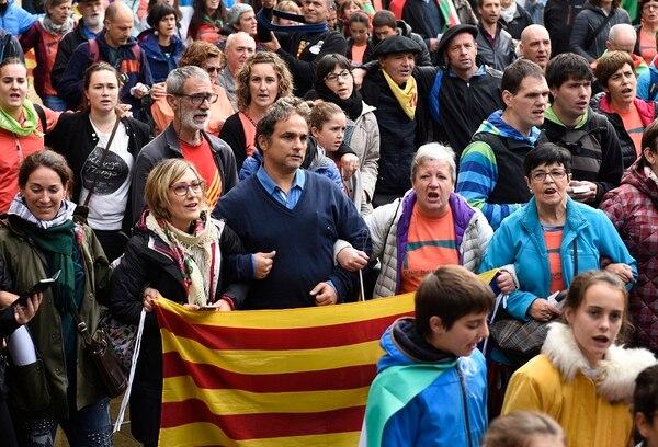 Una multitud de personas portan banderas catalanas pro-independentistas de Estelada y banderas del País Vasco durante una manifestación en el pueblo vasco de Beasain, al norte de España.