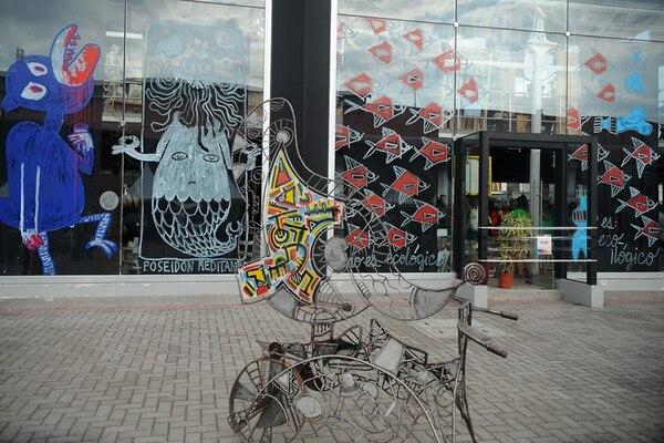 La Casa del Cuño de la Antigua Aduana fue intervenida por varios artistas durante el FIA 2014. Este fue el resultado: un montón de ventanales con nueva vestimenta. Fotografía: Gesline Anrango.
