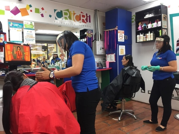 La peluquería se ajustó a los lineamientos de las autoridades de salud para poder seguir trabajando durante la pandemia, pero los cierres de comercios para evitar el contagio de la covid-19 provocaron pérdidas en la peluquería y su cierre. Foto: Cortesía Yelsi Poltronieri.