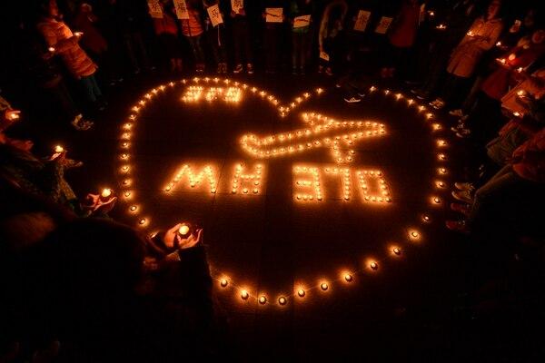 Estudiantes universitarios realizaron una vigilia en Yangzhou, China, por los pasajeros desaparecidos en el vuelo de Malaysia Airlines. | AP.