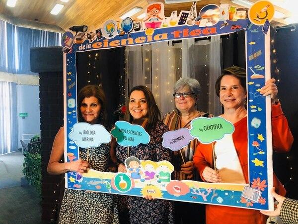 Las científicas Odalisca Breedy, Giselle Tamayo y Eugenia Flores, participan en una dinámica el día del lanzamiento del libro. La segunda de izquierda a derecha es Dayana Mora, directora ejecutiva de la Academia de Nacional de Ciencias. Foto Cortesía